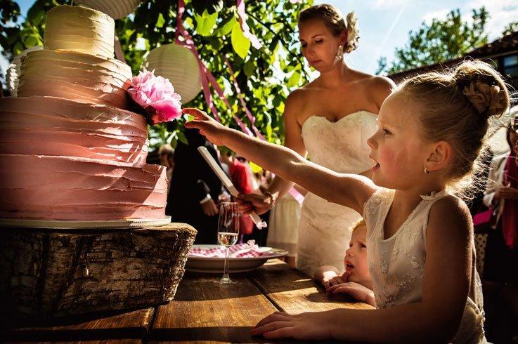Bruidstaart op een houten basis