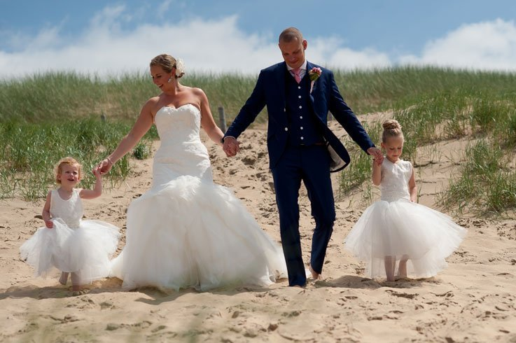 Bruidspaar en bruidsmeisjes in de duinen