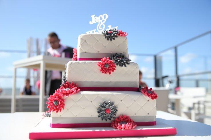 Decoratieve witte bruidstaart met drie lagen