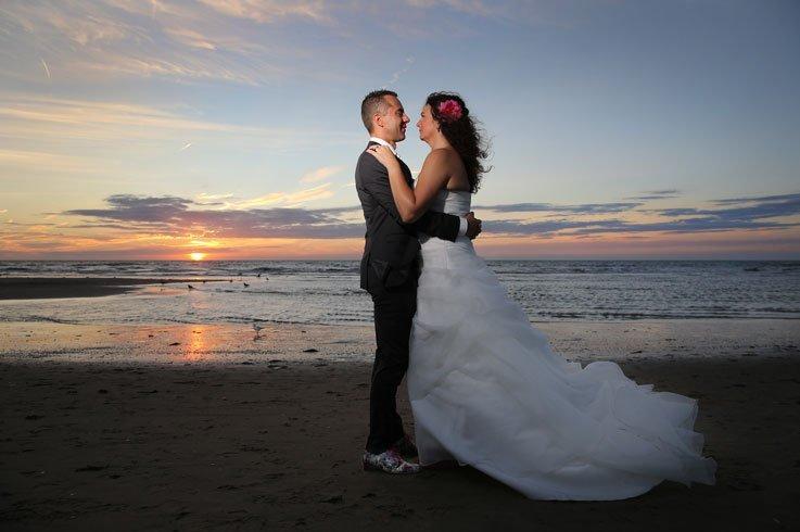 Een mooie trouwreportage op het strand bij ondergaande zon