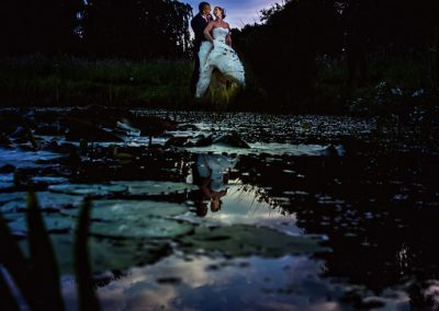 Het bruidspaar weerspiegelt in het water. Prachtig!