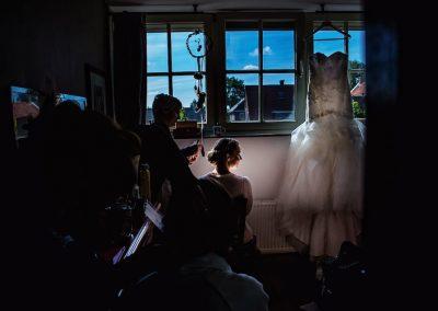De visagist/haarstylist zorgt ervoor dat de bruid er op haar best uit komt te zien