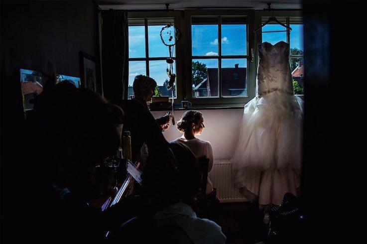 Voorbereiding bruid door visagist en haarstylist