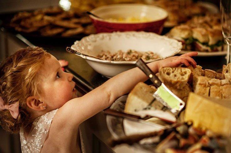 Lopend buffet met broodjes en kaasjes op bruiloft