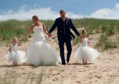 Het bruidspaar met de bruidsmeisjes in de duinen