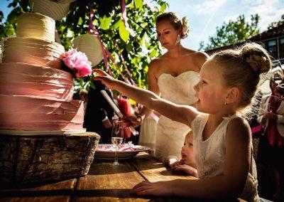 De bruidsmeisjes hebben wel zin in een stukje van deze overheerlijke bruidstaart