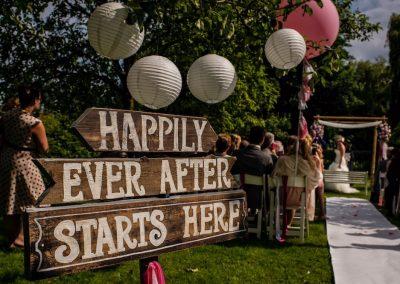 Een erg gaaf houten bord voor bij een buiten bruiloft