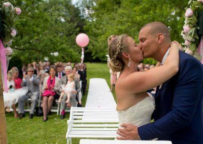Een prachtige trouwceremonie in de buitenlucht