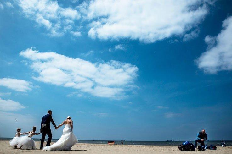 Fotoreportage van het bruidspaar met zon, zee en strand