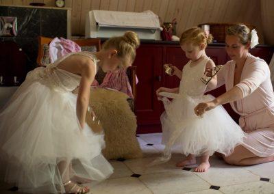 De bruidsmeisjes maken zich klaar voor de grote dag