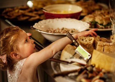 Het bruidsmeisje geniet van de overheerlijke broodjes
