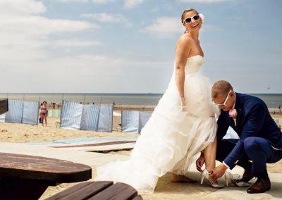 De schoenen mogen even uit voor een heerlijke strandwandeling met trouwshoot