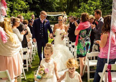 Alle gasten krijgen een zonnebril met daarop de namen van het bruidspaar. En die hebben ze nodig want de zon schijnt volop!