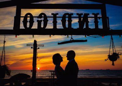 Een prachtige setting! Dit bruidspaar bij ondergaande zon op het strand