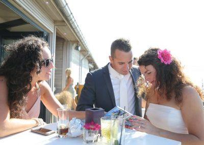 Het bruidspaar met hun ceremoniemeester tijdens hun strandbruiloft