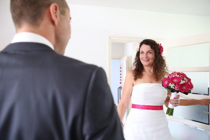 De eerste blik in elkaars ogen op de huwelijksdag