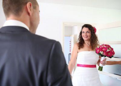 De eerste blik in elkaars ogen op de huwelijksdag. Prachtig!