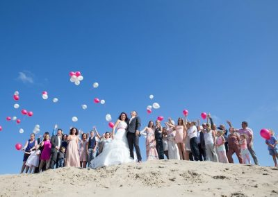 Een toffe groepsfoto op het strand mag natuurlijk niet ontbreken tijdens een beach wedding