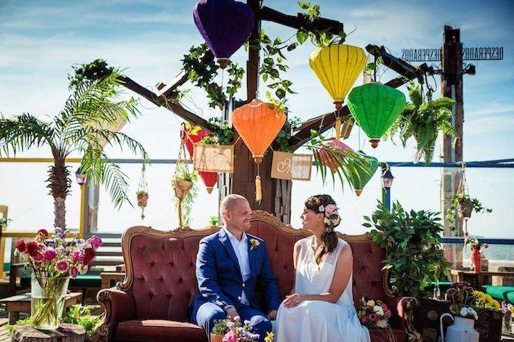 Huwelijksceremonie op het strand in vintage stijl