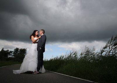 Wat een gave foto van deze huwelijksreportage in de polder
