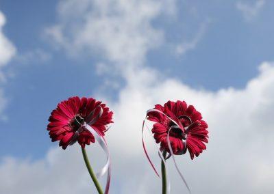 Tof idee! Laat de trouwringen brengen in 2 bloemen in plaats van een traditioneel doosje
