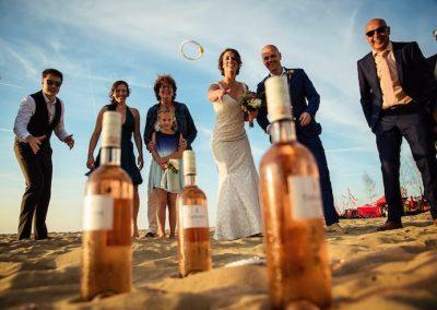 Spellen spelen op het strand tijdens de bruiloft
