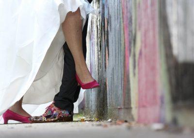 Wat een stijlvolle en bovenal gave gekleurde trouwschoenen heeft het bruidspaar!