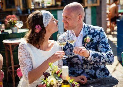 Een toast uitbrengen op het huwelijk