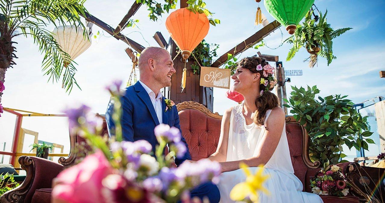 Een kleurrijke trouwceremonie op het strand
