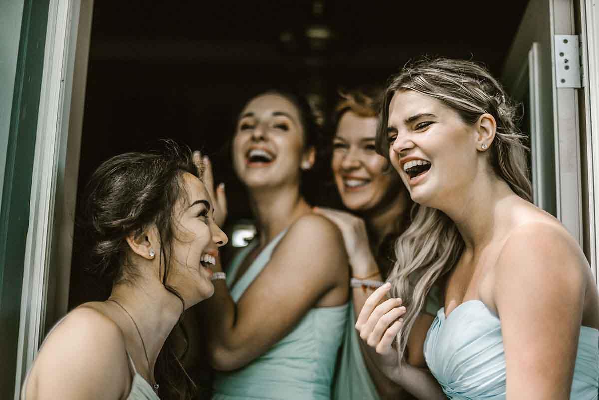 Bruidsmeisjes als aanhang van de bruid