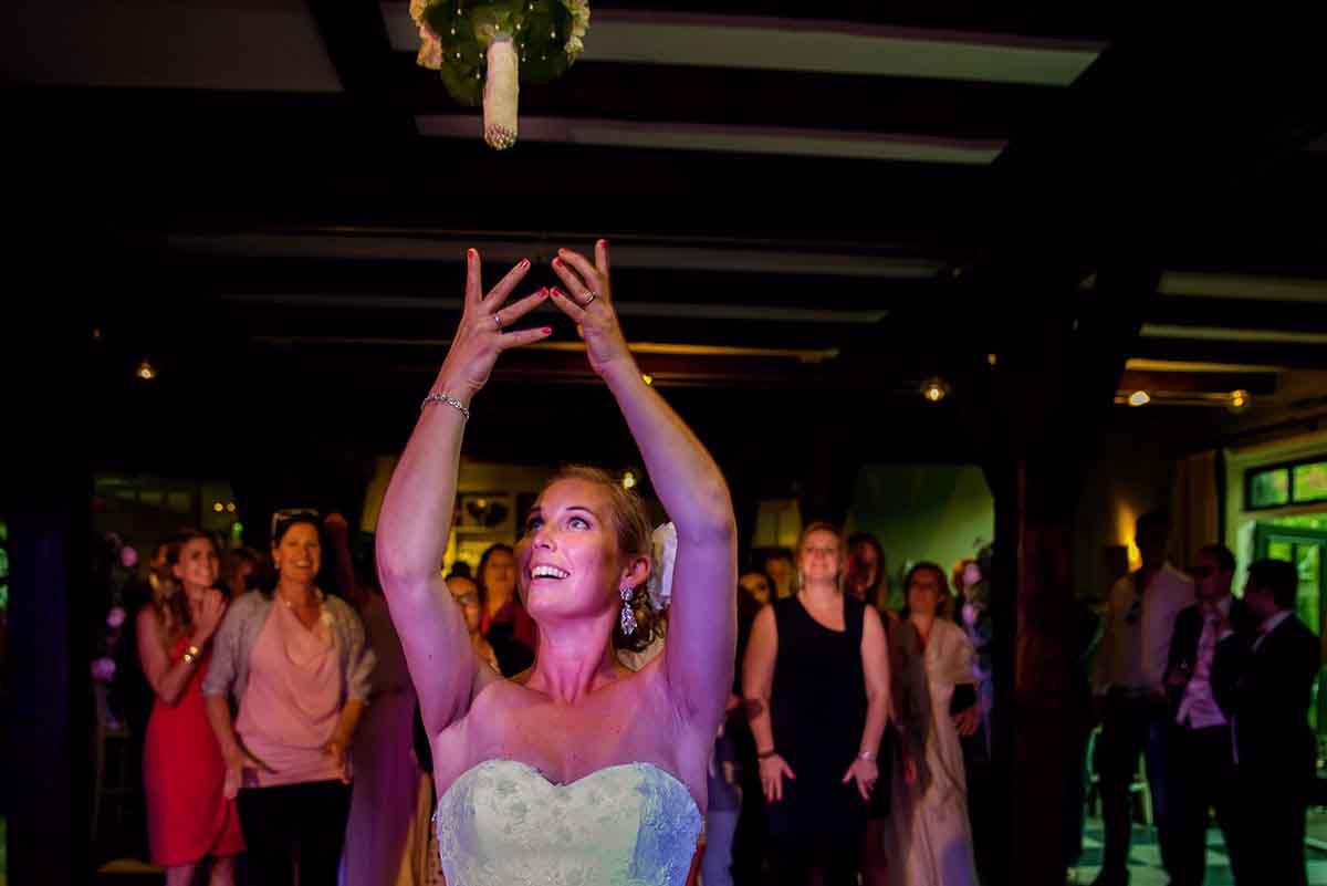 Perfecte foto van het gooien van het bruidsboeket