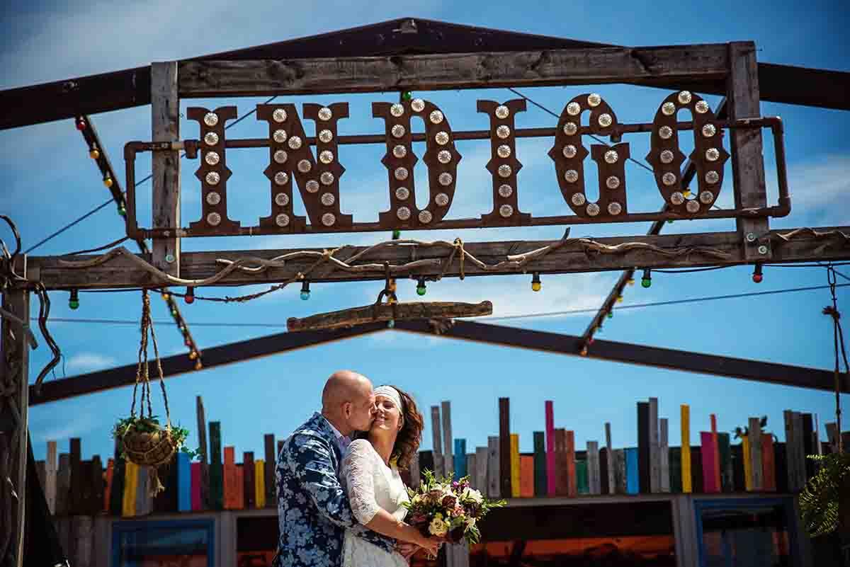 Een hippe beachclub als trouwlocatie