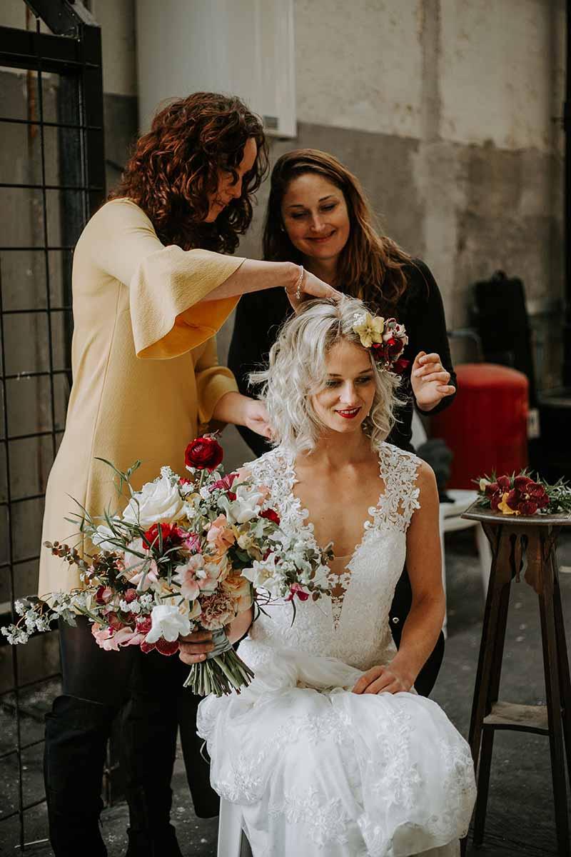 Voorbereiding bruiloft kapsel