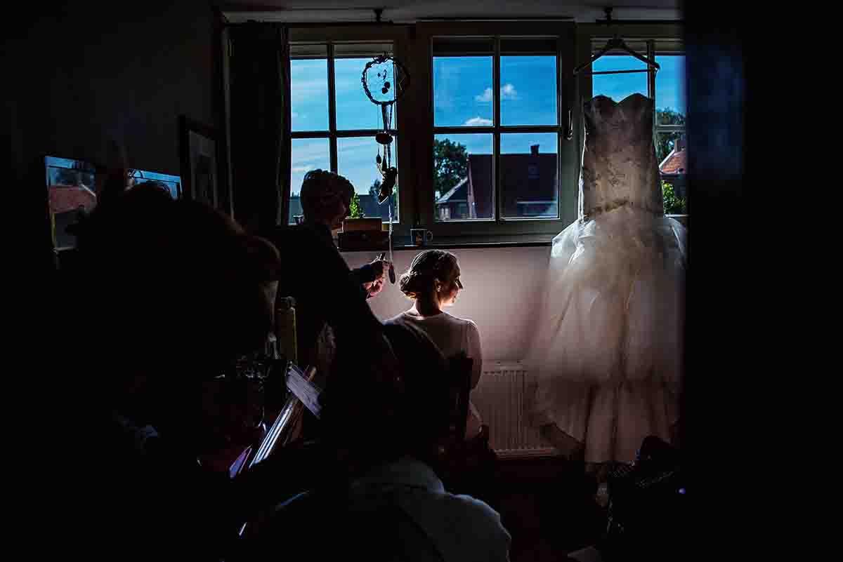 Trouwfotograaf bij de voorbereiding op de bruiloft