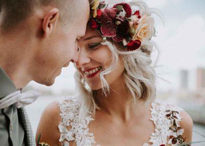 Bloemen als mooi accessoire in het haar van de bruid