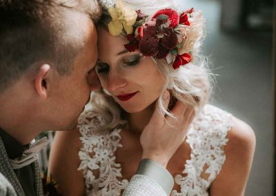 Bloemen in je haar op je bruiloft