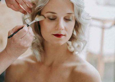 De bruidsvisagist zorgt voor het aanbrengen van de make-up