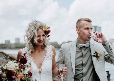 Het bruidspaar geniet van hun stad met een lekker glaasje champagne
