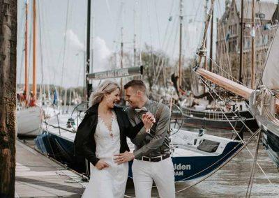 Een dolgelukkig bruidspaar in de Veerhaven van Rotterdam