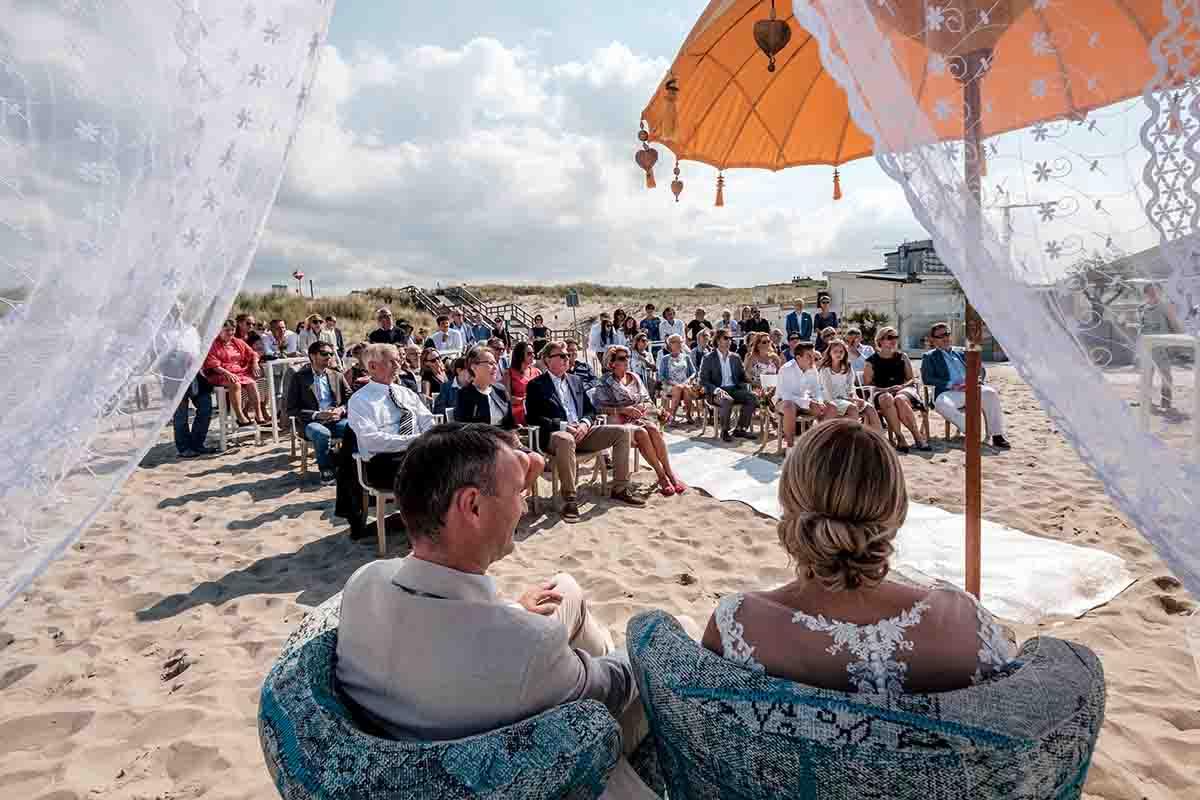 ceremonie-op-het-strand