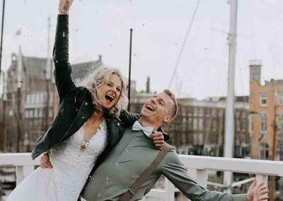 Bruid met leren jasje en bruidegom met bretels en strikje