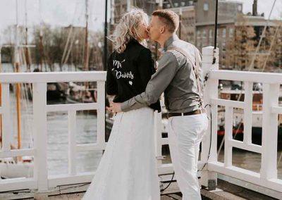 Mrs. Deckers, dit stoere leren jasje past helemaal bij een stadse bruiloft