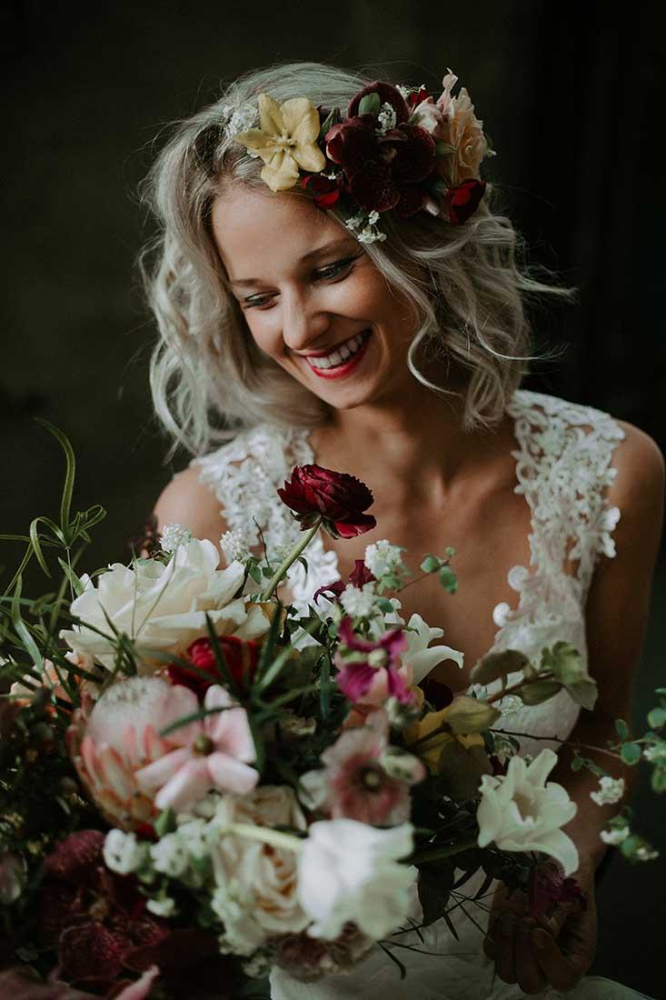 Bruidsboeket en haaraccessoire van de bruid