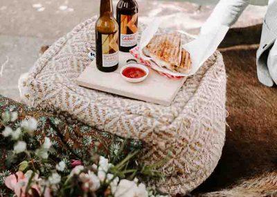 Picknick tijdens bruiloft in de stad