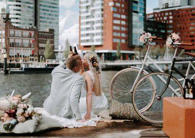 Tijdens een romantische picknick setting aan de kade geniet het bruidspaar van heerlijke speciaalbiertjes