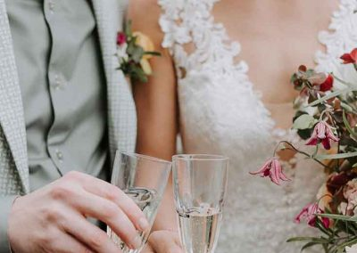 Het bruidspaar proost samen op het huwelijk
