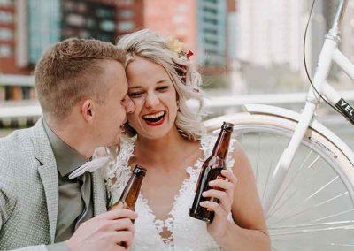 Met bloemen versierde fiets voor bruiloft
