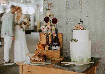 Zowel de decoratie als bruidstaart is afgestemd op het thema van de bruiloft