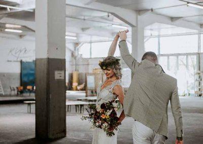 De bruidegom bekijkt zijn prachtige bruid in dit stoere industriële gebouw