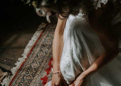 De bruid hoeft alleen nog haar trouwschoenen aan te trekken en is dan helemaal klaar voor de grote dag!